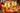 zwei große Henkelglaeser mit frischem pfirsich eistee mit aufgeschnittenen und ganzen Pfirsichen auf Holztisch